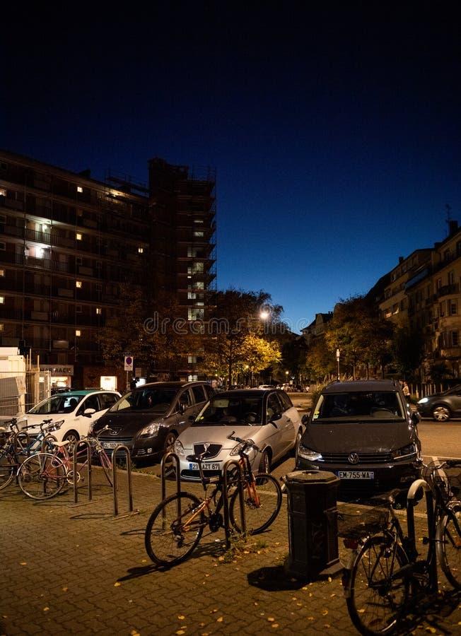 Opinião da noite da habitação das construções de HLM uma esplanada do modere do loyer fotos de stock