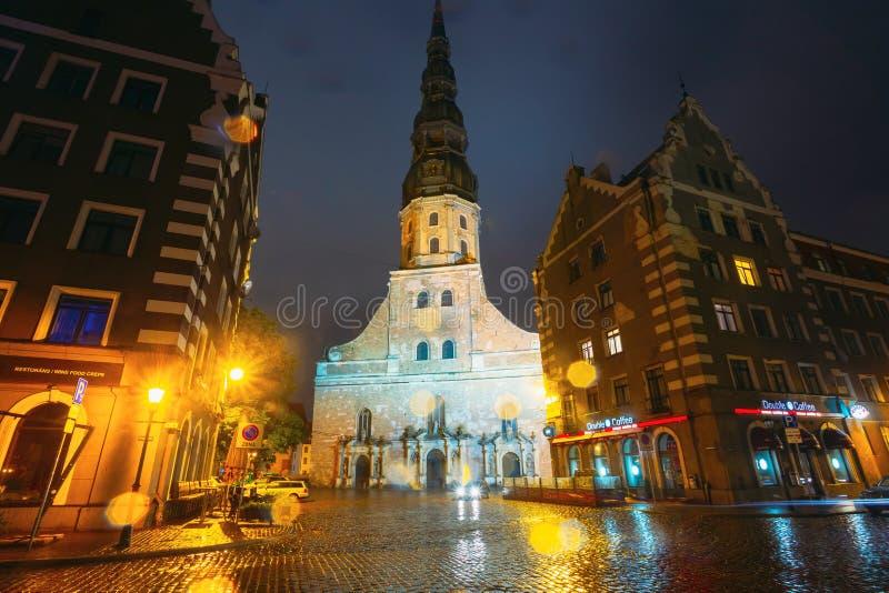Opinião da noite da igreja do ` s de St Peter na cidade velha Riga Letónia imagem de stock royalty free