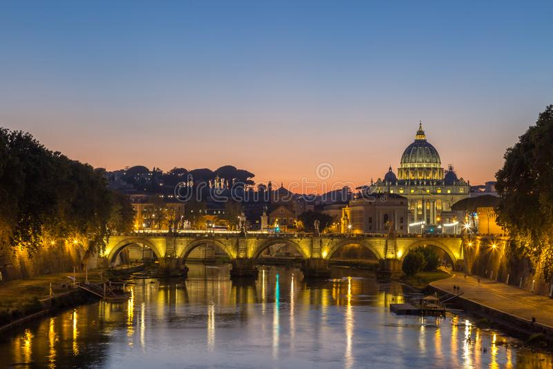 Opinião da noite na catedral do ` s de St Peter em Roma, Itália imagem de stock