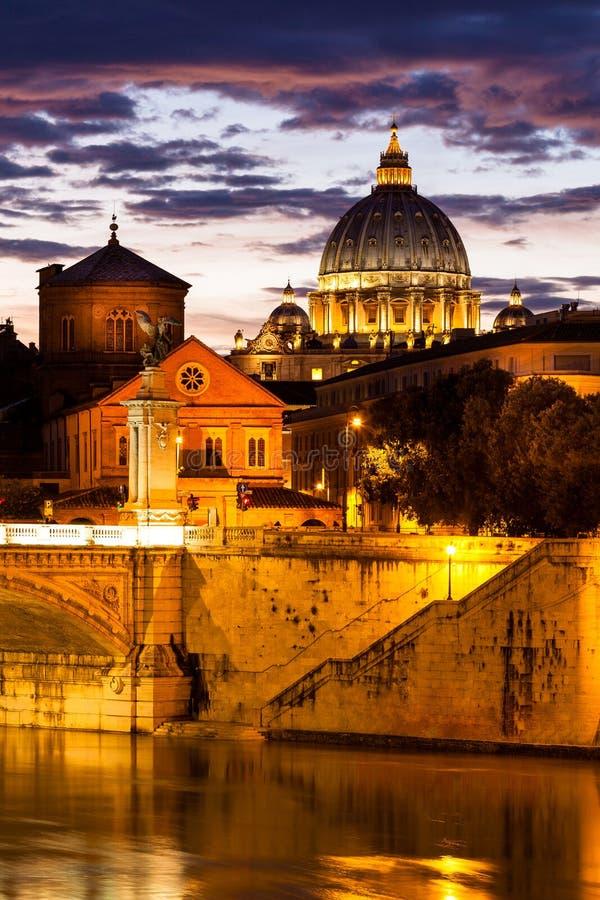 Opinião da noite na catedral do St Peter em Roma, Italy imagens de stock