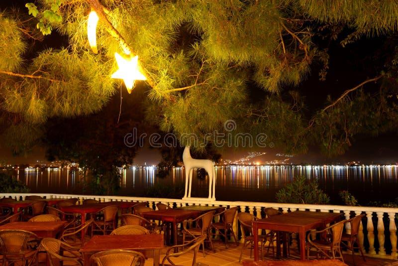 Opinião da noite na cidade do restaurante do hotel de luxo imagem de stock