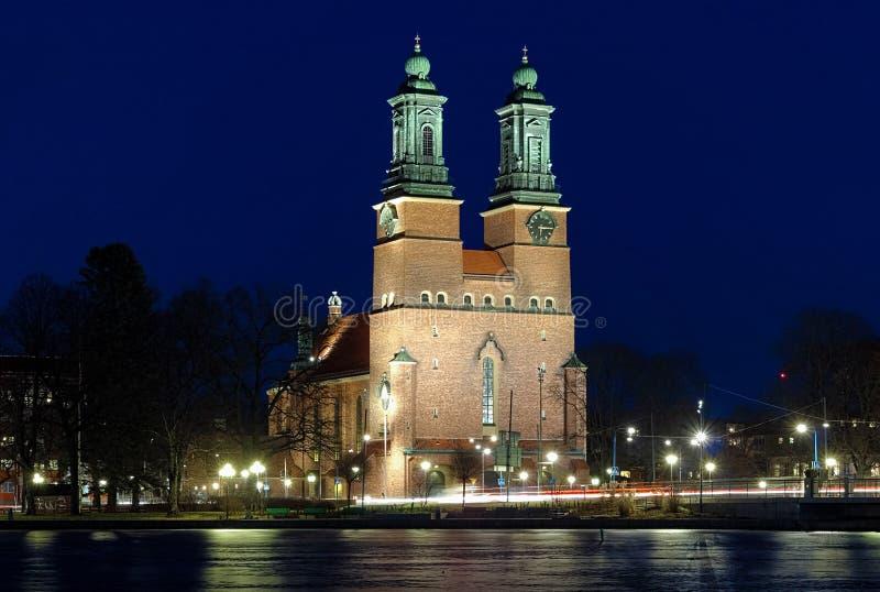 Opinião da noite na igreja dos claustros em Eskilstuna foto de stock royalty free