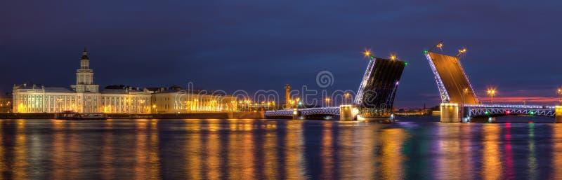 Opinião da noite na ponte e em Neva River abertos do palácio fotografia de stock