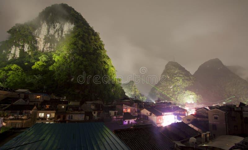 Opinião da noite na porcelana de guangxi da cidade do yangshuo fotografia de stock royalty free