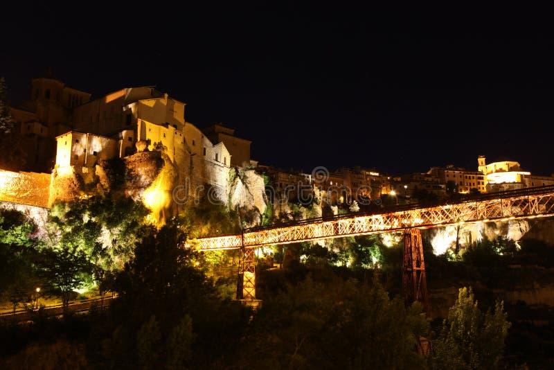 Opinião da noite no banco de rio rochoso Jucar e na ponte em Cuenca. Casti fotos de stock royalty free