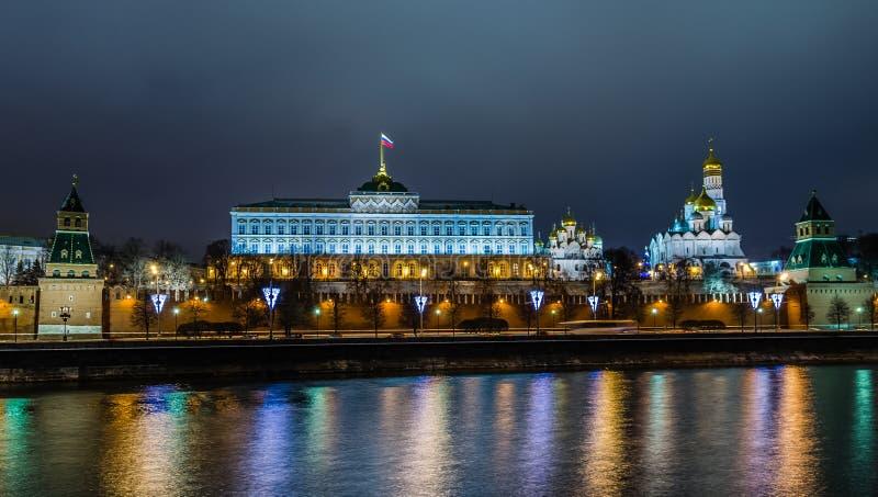 Opinião da noite no castelo do Kremlin em Moscou imagem de stock