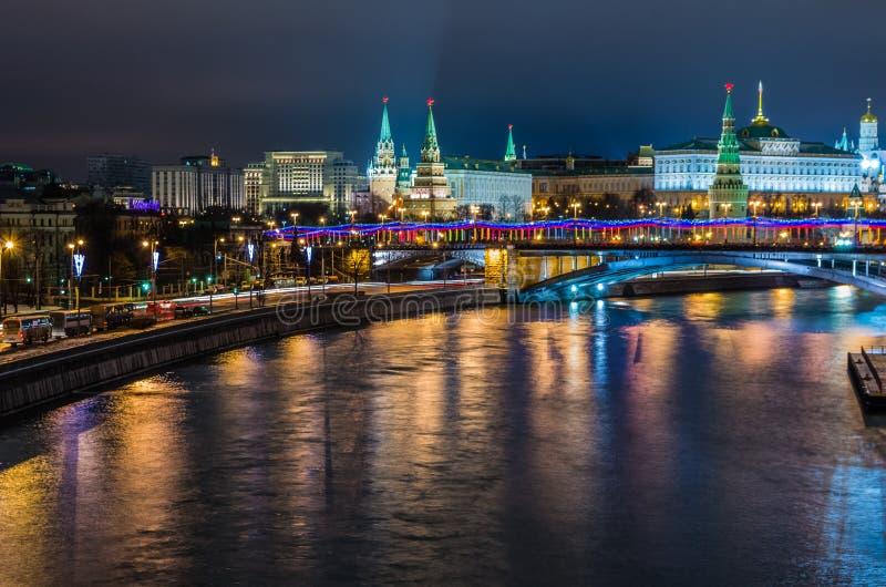 Opinião da noite no castelo do Kremlin em Moscou fotografia de stock royalty free