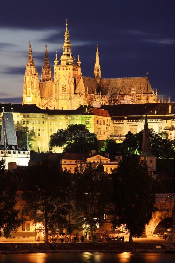 A opinião da noite no castelo gótico de Praga fotografia de stock