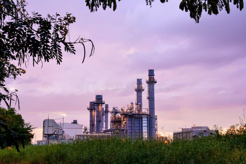Opinião da noite no central elétrica bonde da energia imagem de stock