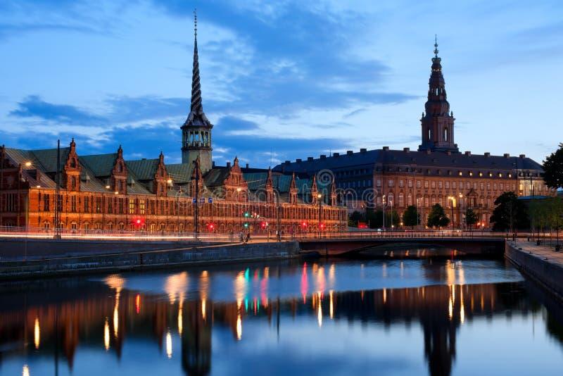 Opinião da noite no palácio de Christiansborg em Copenhaga fotografia de stock royalty free