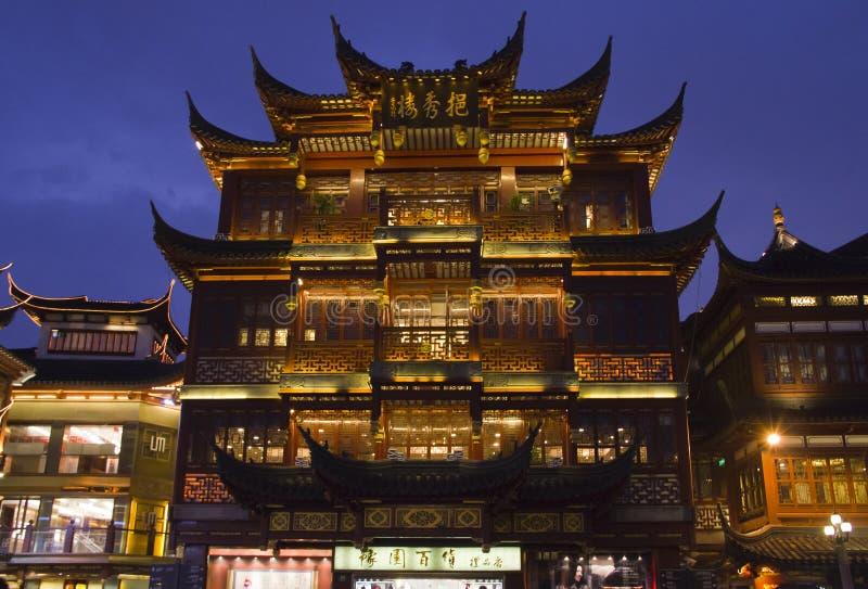 Opinião da noite no templo do deus da cidade, Shanghai fotos de stock