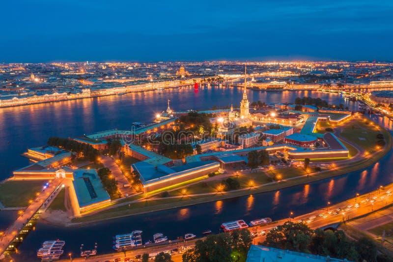 Opinião da noite o Peter e o Paul Fortress Hare Island e a cidade de St Petersburg fotos de stock