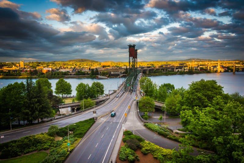 Opinião da noite o rio e o Hawthorne Bridge de Williamette imagem de stock