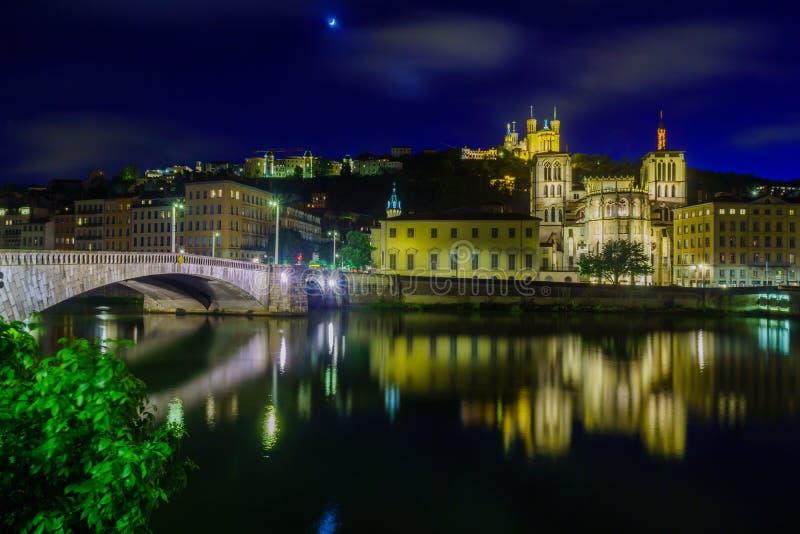 Opinião da noite o Saone, o Saint-Jean, e a Notre-Dame, em Lyon imagens de stock royalty free