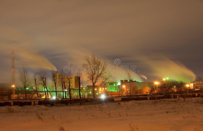 Opinião da noite da planta coberto de neve do eletrolítico-zinco de Chelyabinsk foto de stock