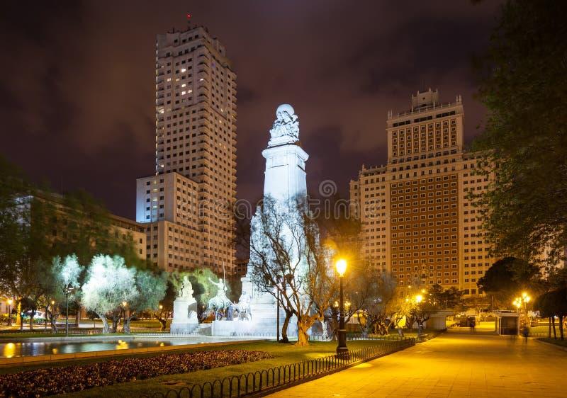 Opinião da noite Plaza de Espana. Madri imagem de stock