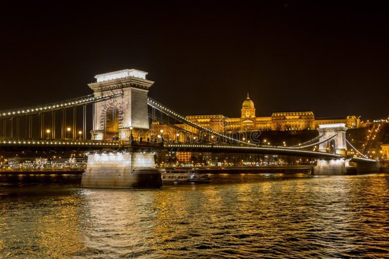 A opinião da noite da ponte Chain de Szechenyi é uma ponte de suspensão que meça o rio Danúbio entre Buda e praga, imagem de stock
