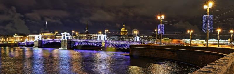 Opinião da noite da ponte do palácio em St Petersburg foto de stock