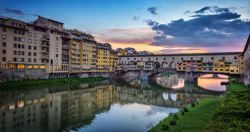 Opinião da noite da ponte famosa Ponte Vecchio no River Arno em Florença, Itália foto de stock royalty free