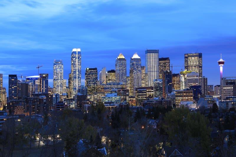 Opinião da noite skyline de Calgary, Canadá foto de stock