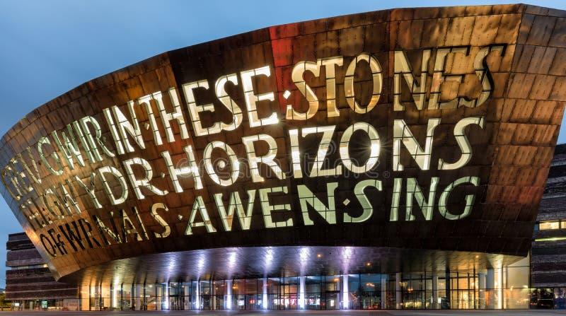 Opinião da noite sobre o centro do milênio de Gales em Cardiff imagens de stock