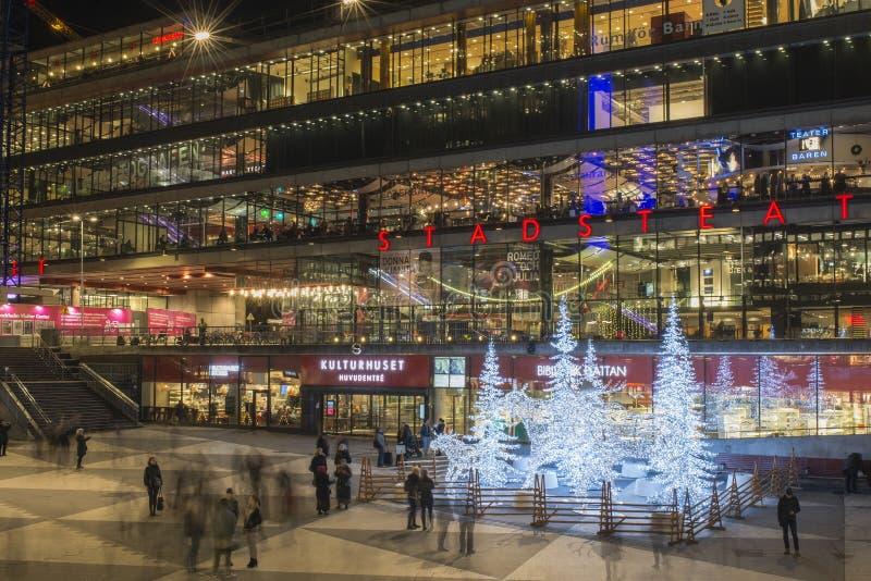 A opinião da noite sobre Sergels Torg decorado com as esculturas dos alces e das árvores feitas das luzes conduzidas durante o Na imagem de stock