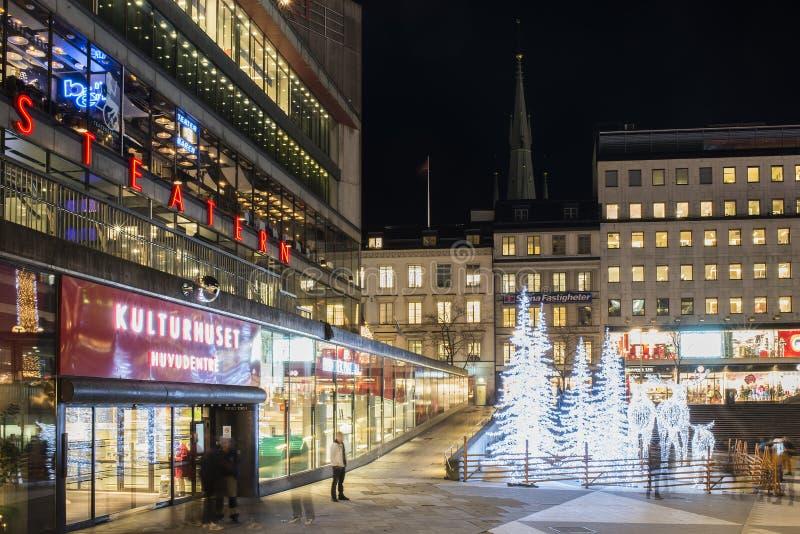 A opinião da noite sobre Sergels Torg decorado com as esculturas dos alces e das árvores feitas das luzes conduzidas durante o Na imagens de stock