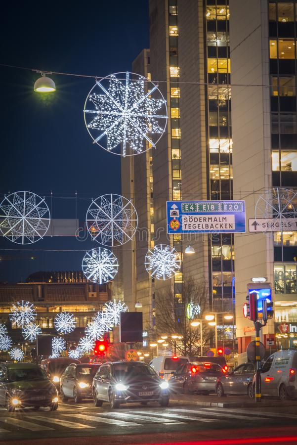 Opinião da noite sobre Sveavagen, uma rua central de Éstocolmo, decorada com luzes de Natal durante a época natalícia imagens de stock