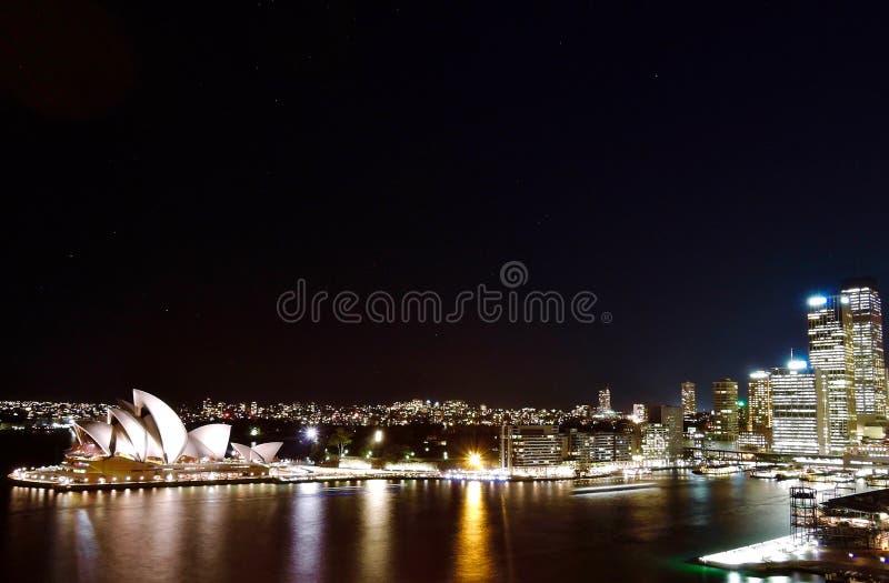 Opinião da noite sobre Sydney Opera House fotos de stock royalty free