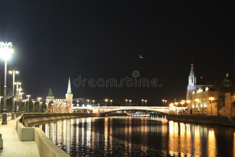 Opinião da noite da terraplenagem do Kremlin, da ponte de Bolshoi Moskvoretsky e do rio de Moscou fotos de stock royalty free