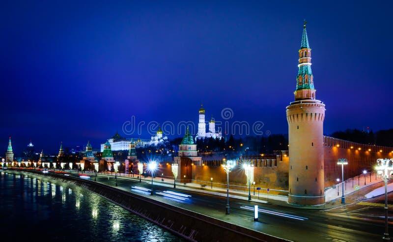 Opinião da noite da terraplenagem do rio do Kremlin e do Moskva de Moscou imagens de stock royalty free