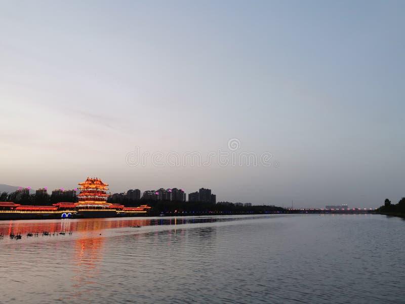 Opinião da noite da torre da água e do cilindro do lago fotografia de stock royalty free