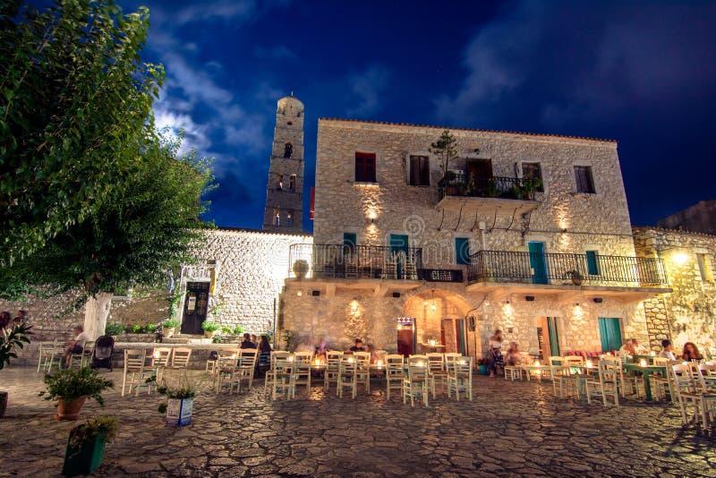 Opinião da noite da vila tradicional de Areopoli na região de Mani com as aleias pitorescas e as casas construídas de pedra da to fotos de stock