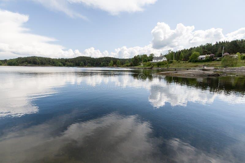 Opinião da paisagem da costa de mar de Noruega imagens de stock