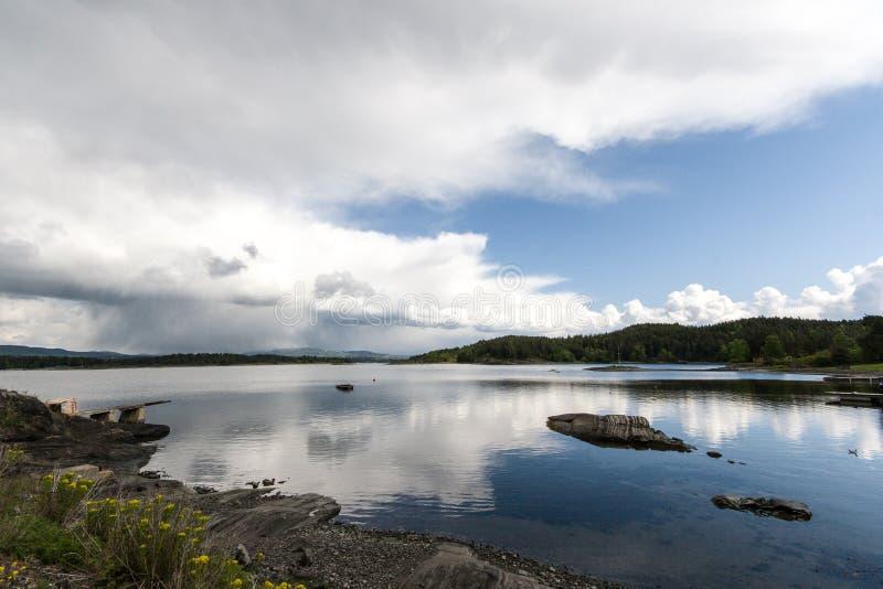 Opinião da paisagem da costa de mar de Noruega fotos de stock