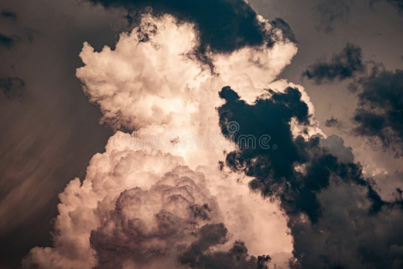 Opinião da paisagem das nuvens antes da tempestade foto de stock