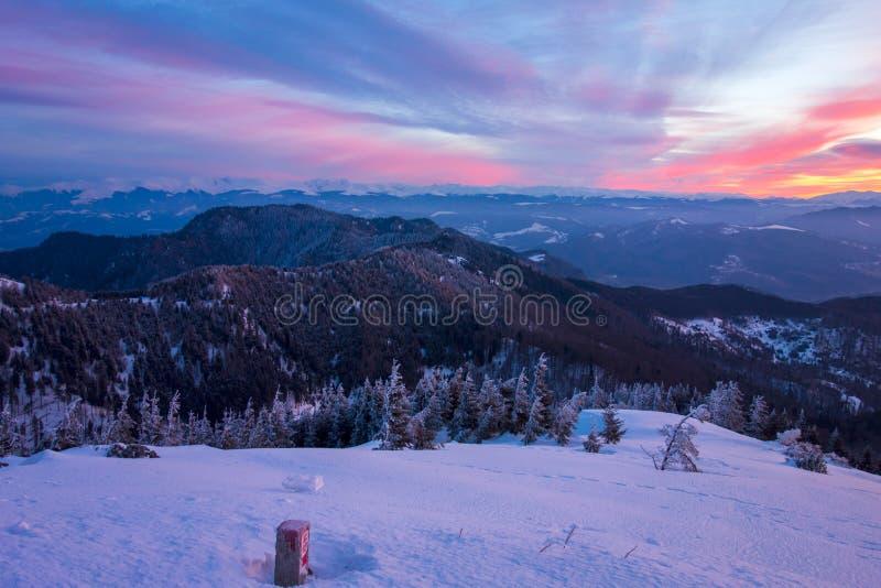 Opinião da paisagem de montanhas de Fagaras durante o nascer do sol, vista da montagem Cozia fotos de stock