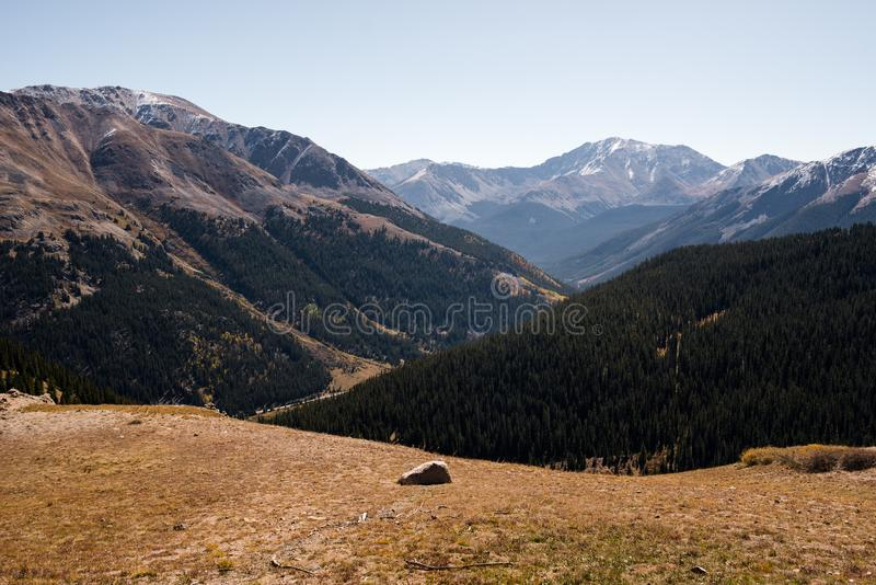 Opinião da paisagem de montanhas tampadas neve na passagem da independência perto de Aspen, Colorado imagens de stock royalty free