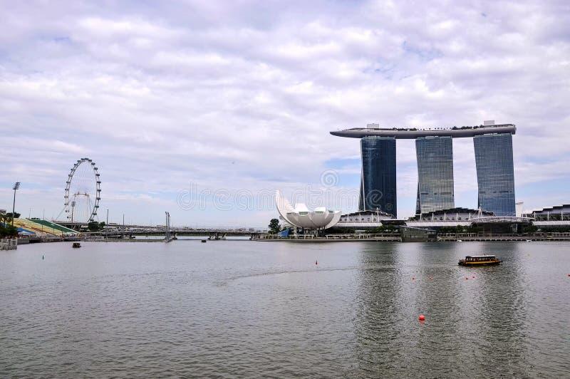 Opinião da paisagem de Singapura com Marina Bay Sands e o aviador de Singapura no fundo imagem de stock royalty free