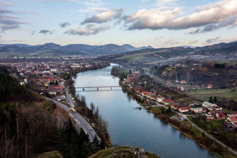 A opinião da paisagem do castelo medieval Strecno entre cidades de Zilina e de Martin e a vila abaixo dela imagens de stock