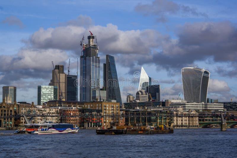 Opinião da paisagem do distrito moderno do negócio com muitos arranha-céus imagens de stock royalty free
