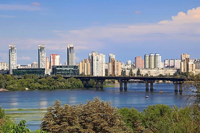 Opinião da paisagem do rio de Dnipro e de seu banco esquerdo no lado excedente com construções novas em áreas residenciais, Kyiv, fotografia de stock