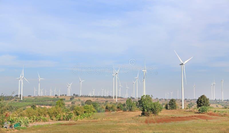 Opinião da paisagem dos montes e dos moinhos de vento Turbinas eólicas para a produção da energia elétrica na montanha imagens de stock royalty free