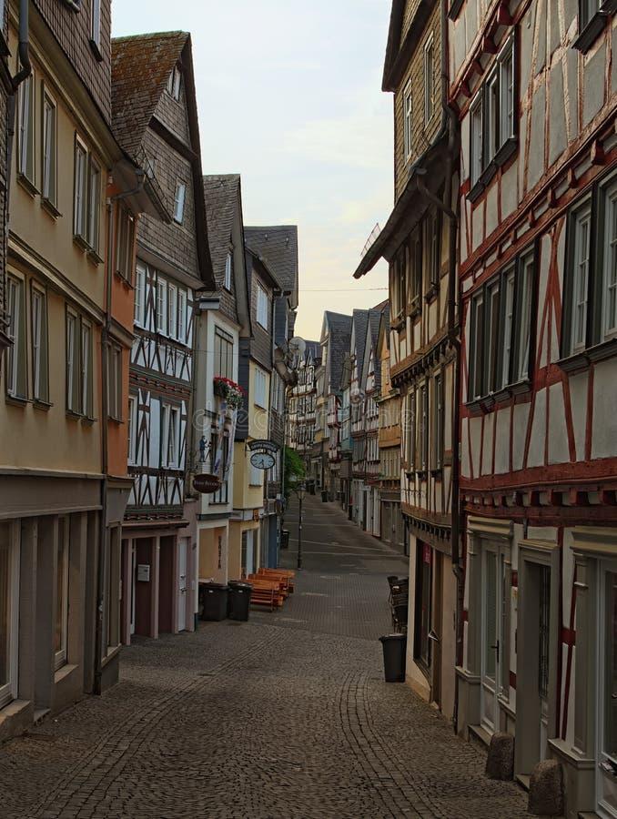 Opinião da paisagem da manhã da rua medieval na parte histórica da cidade de Wetzlar A arquitetura típica para esta região fotografia de stock royalty free