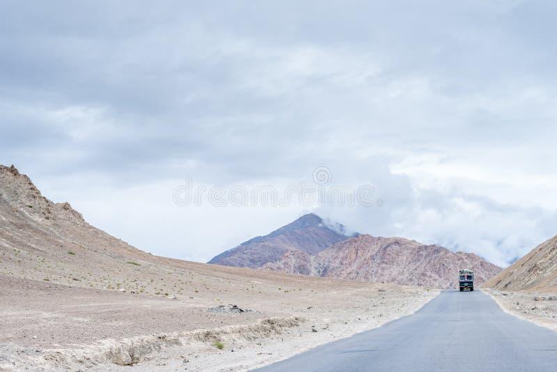 Opinião da paisagem no leh com a estrada em Himalayas das montanhas Ladakh, Jammu e Caxemira, imagem da Índia foto de stock royalty free