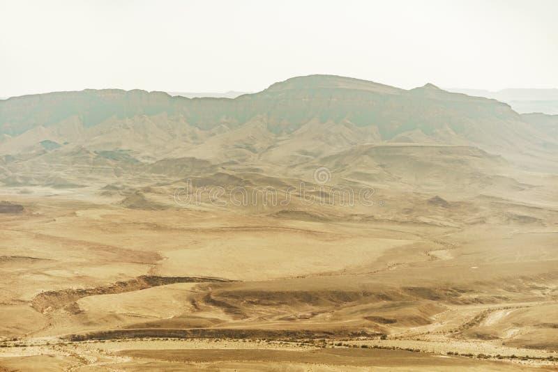 Opinião da paisagem no mitzpe Ramon em Israel Deserto do Negev em Médio Oriente fotos de stock