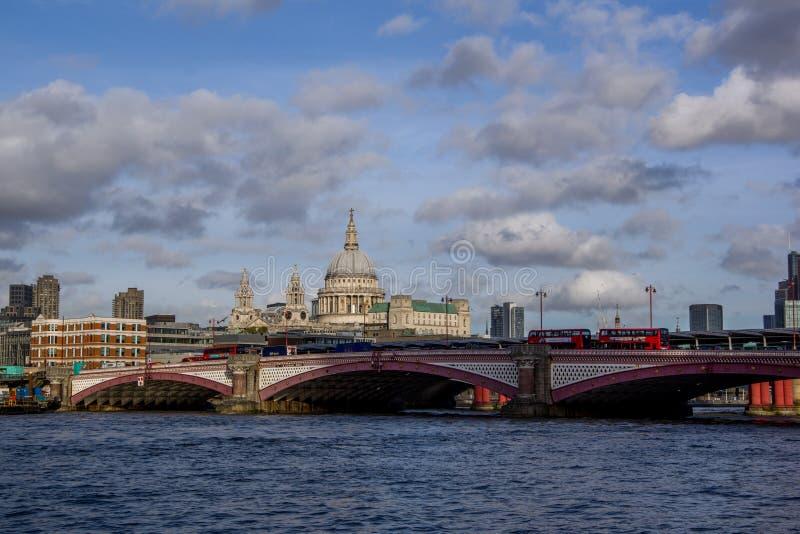 Opinião da paisagem da ponte de Southwark no rio Tamisa e no distrito moderno do negócio com muitos arranha-céus no fundo fotos de stock royalty free