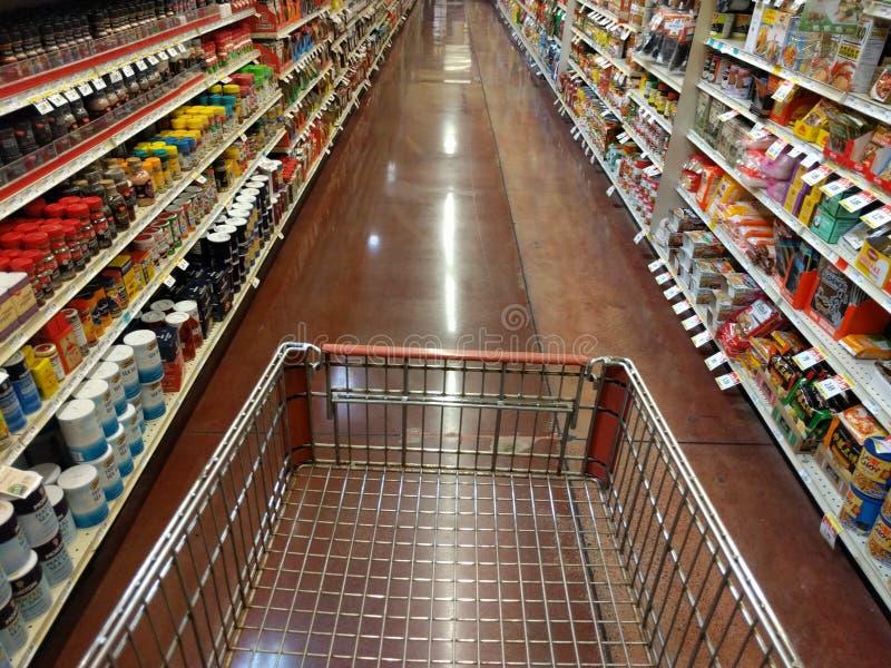 Opinião da pessoa do carrinho de compras primeira, corredor vazio fotos de stock royalty free