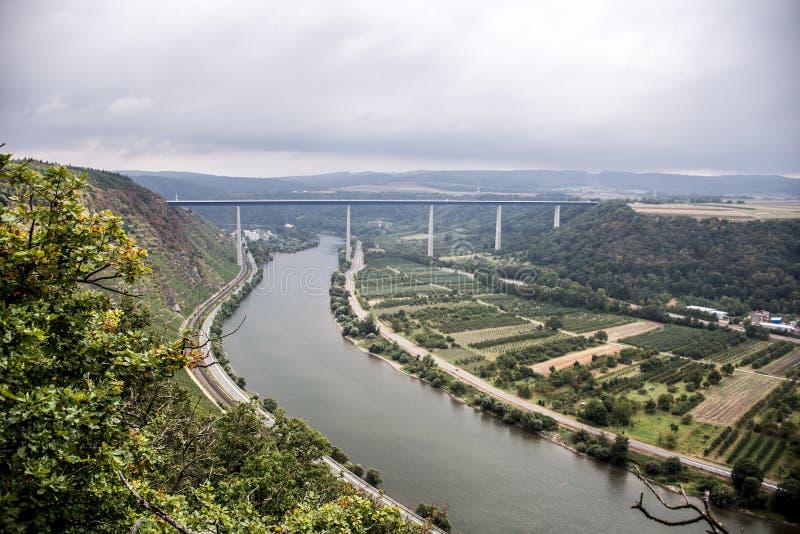 Opinião da ponte da região Winningen do vinho do wineyard foto de stock royalty free