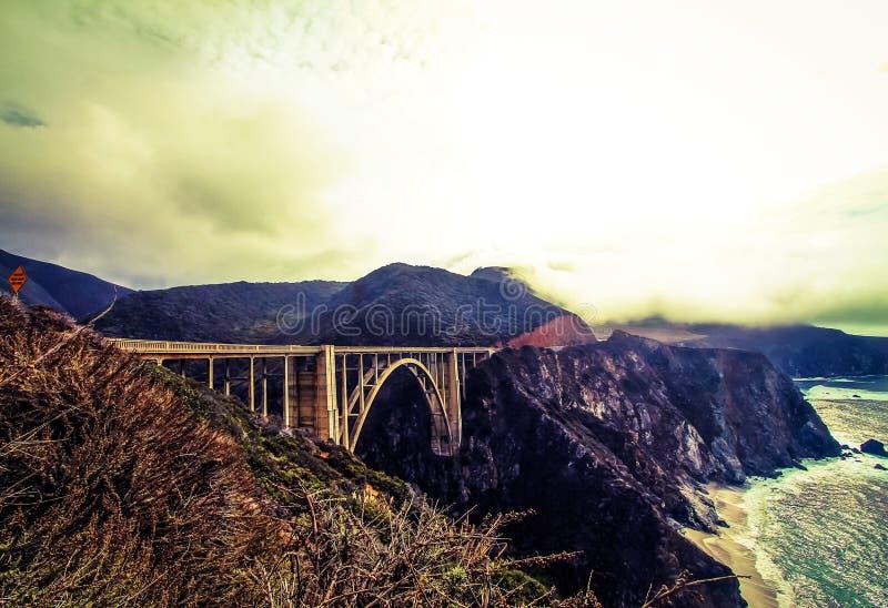 Opinião da ponte de Bixby com céu nevoento foto de stock royalty free